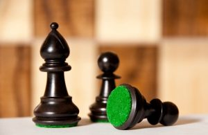 3 pions noirs d'un jeu d'échec